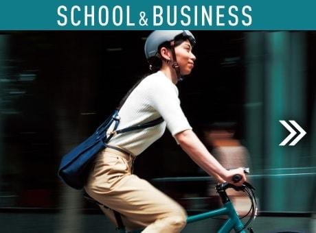 スタイリッシュな自転車で街を走る女性の写真
