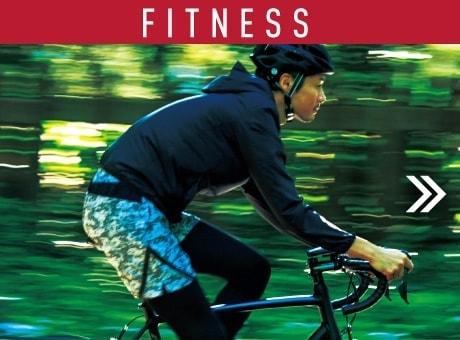 緑の中でスポーツタイプの自転車を走らせる男性の写真