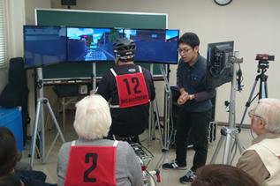 自転車シミュレーターに取り組む受講生の写真