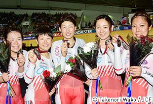 メダルを掲げる梶原選手