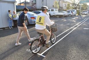 電動アシスト自転車で走行体験する様子の写真