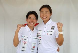 上田選手と秦選手が肩を組んでいる写真